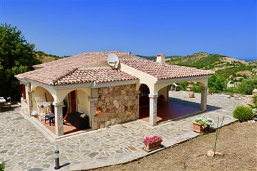 Preciosa villa con piscina y vistas al mar!