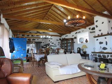 Belle maison traditionnelle en pierre d'Azorean