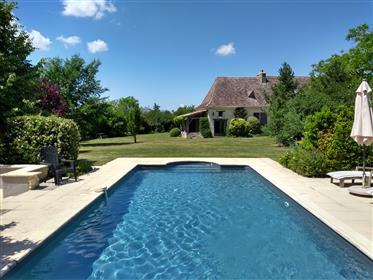 Bela casa de campo com 2 piscinas, + casa e terreno adicional de 2 quartos.