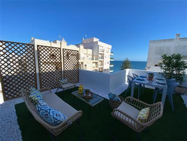 Ανακαινισμένο διαμέρισμα 2 υπνοδωματίων με βεράντα με θέα στη θάλασσα