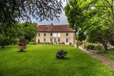 Maison de caractère 320 m² et parc arboré 4200 m². Très calme.