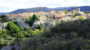 Construção de personagem em uma das vilas mais bonitas empoleiradas em Vaucluse