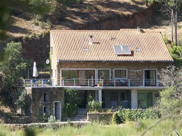 Schönes Haus in der Nähe des Flusses Alva