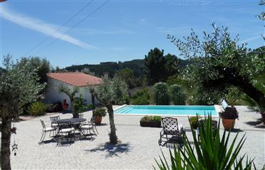 Lindamente apresentado propriedade com piscina infinita aquecida e vistas