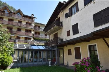 Casa anexada com apartamento