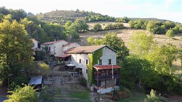 Prachtige oude boerderij gelegen afgelegen in het hart van de schilderachtige Auvergne.