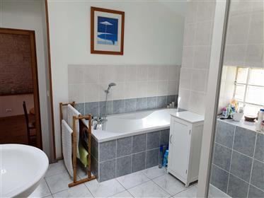 Enganosamente espaçoso, 3+ quarto, 2 banheiro, 3 sala de recepção de propriedade de pedra, fechado,