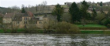 Perigourdine dom na brehu Dordogne.