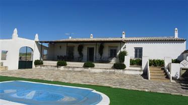 Za prodaju Veličanstvena kuća i njegova 32 hektara poljopriv...
