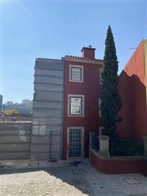 Starý dům zrekonstruovaný nábřežím řeky douro s výhledem na Rio