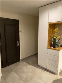 """דירת 3 חדרים משופצת יוקרתית, 90 מ""""ר, מיקום מעולה"""
