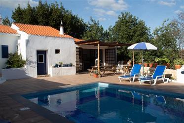 Atraktívna vidiecka chata v Paderne so súkromným bazénom