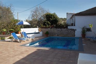Casa de campo atraente em Paderne com piscina privativa