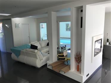 Maison contemporaine avec piscine intérieure -