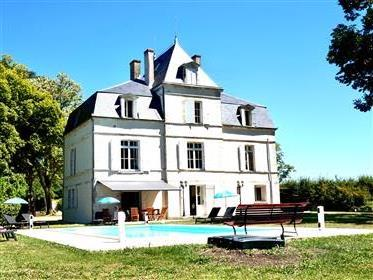 Charming Château with private pool and panoramic view over the vineyards