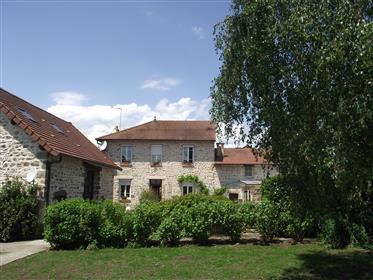 À venda no Allier a 15 km. De carro de Montluçon, uma bela casa com casa de amigos, piscin