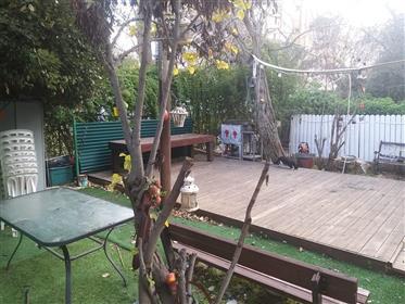 Bel appartement de jardin, spacieux, lumineux et calme, à Jérusalem