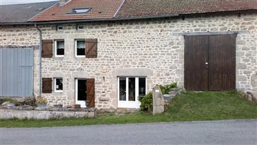 Une maison en pierres apparentes, très bien entretenue et immédiatement habitable, avec granges, une