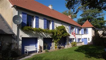 Puy de Dome, região de Auvergne, perto de Montaigut e Combraille, uma casa confortável com chalé e d